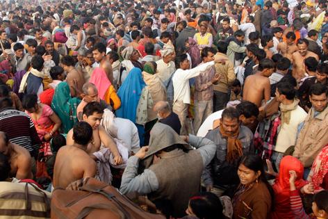 Menschenmassen beim Kumb Mela Fest in Indien.