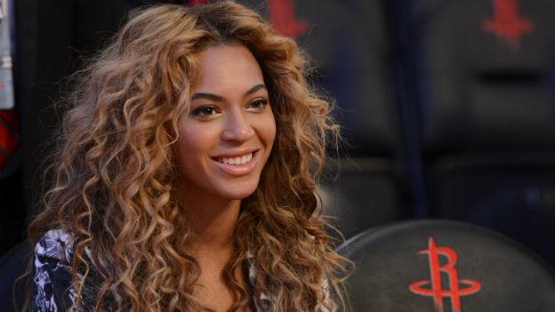 Beyoncé lächelt.