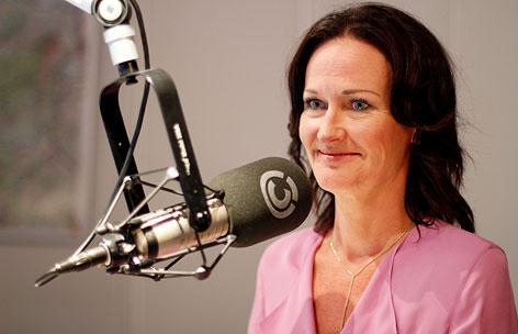 Eva Glawischnig im Ö3-Studio lächelt.