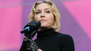 Madonna mit strengem Blick vor dem Mikro