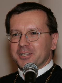 Abt Johannes Perkmann lächelnd  am Mikrofon