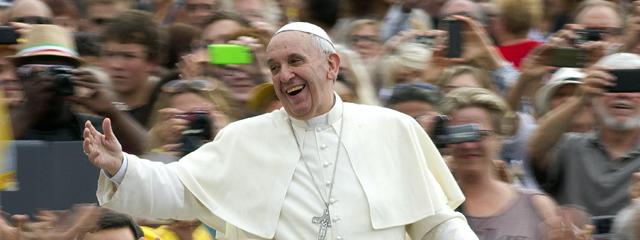 Papst Franziskus inmitten von Menschen am Petersplatz
