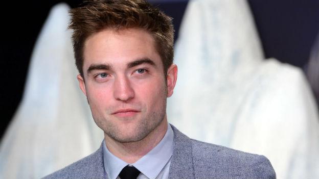 Robert Pattinson schmunzelt