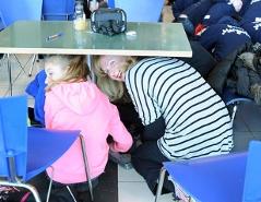 Menschen unter einem Tisch