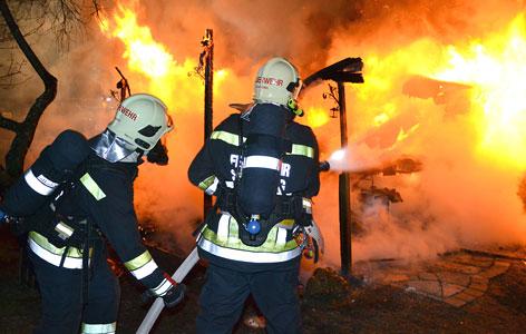 Feuerwehr beim Löschen eines Brands