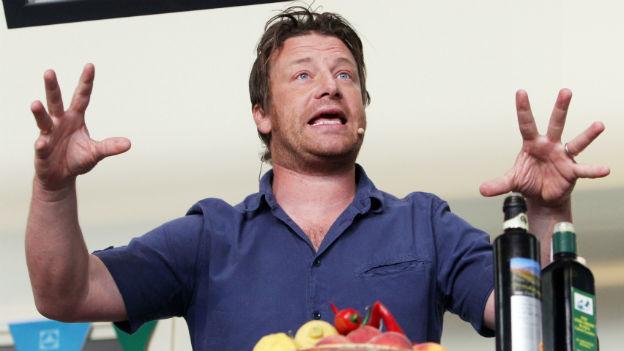 Jamie Oliver mit ausgebreiteten Armen