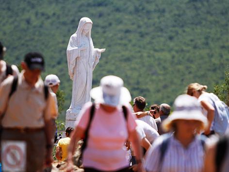 Pilger im Marienwallfahrtsort Medjugorje in Bosnien-Herzegowina