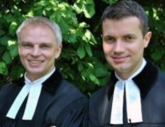 Pfarrer Kaarlo Schörkl und Pfarrer Andreas Hochmeir lächlend im Garten