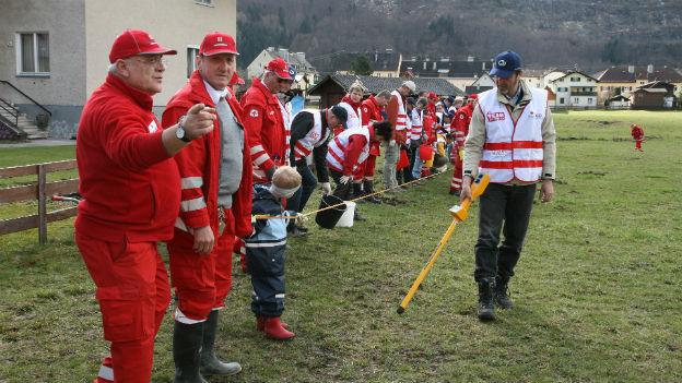 Team Österreich - Helfer und Mitarbeiter des Roten Kreuzes bei Aufräumarbeiten