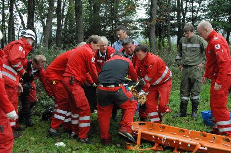 Mitarbeiter des Roten Kreuzes bei einem Sucheinsatz in Neukirchen