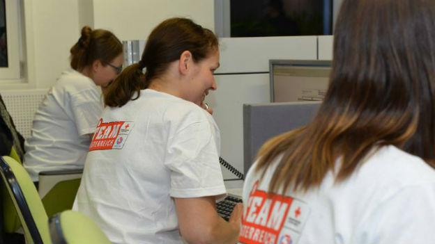 Team Österreich-Helfer beim Telefonieren