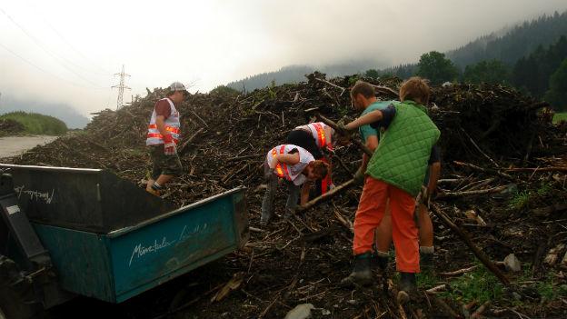 Team Österreich - Helfer bei Aufräumarbeiten