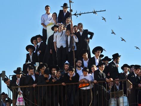 Ultraorthodoxe jüdische Männer beim Begräbnis von Rabbi Ovadia Josef