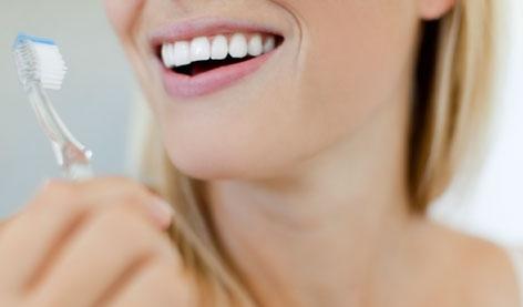 Eine Frau mit Zahnbürste