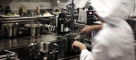 In einer Küche wird gekocht.
