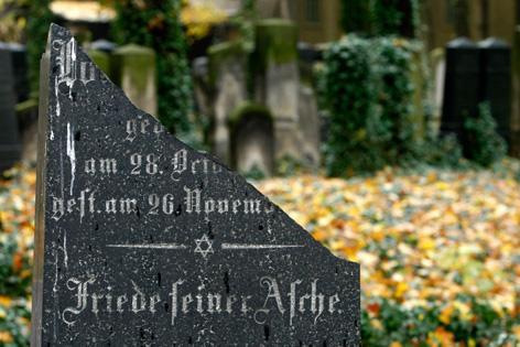 """Abgebrochener Grabstein mit der Aufschrift """"Friede deiner Asche"""""""