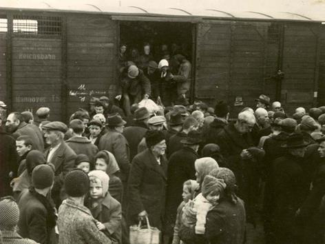 Jüdinnen und Juden bei der Ankunft auf der Rampe im Konzentrationslager Auschwitz-Birkenau