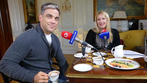 Robbie Williams beim Frühstück mit Claudia Stöckl
