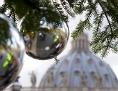 Christbaumkugeln vor der Peterskirche in Rom