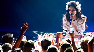 Sängerin Lana Del Rey auf der Bühne.