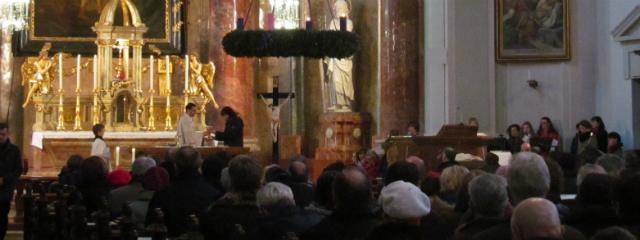 Altar und Adventkranz während der Heiligen Messe