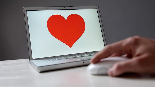 Laptop mit Herz auf dem Bildschirm