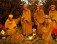 Weihnachtskrippe mit Holzfiguren in der Berliner Hedwigskathedrale