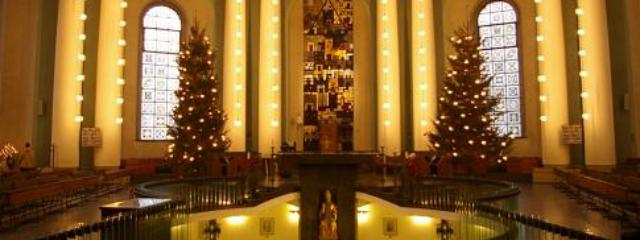 die weihnachtlich geschmückte Hedwigskathedrale in Berlin innen