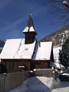 Evangelische Kirche Bad Kleinkirchheim außen im Schnee