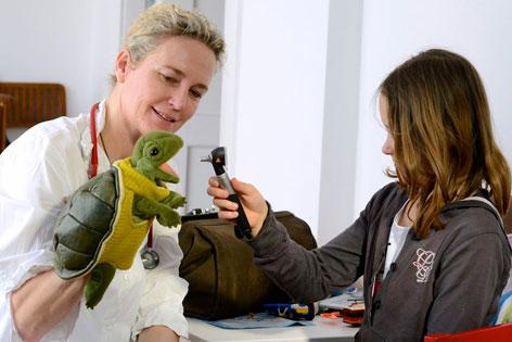 """Die Leiterin des Wiener mobilen Kinderhospiz' """"MOMO"""", Martina Kronberger-Vollnhofer bei einem Hausbesuch"""