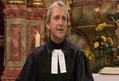 Pfarrer Uwe Träger vor dem Altar