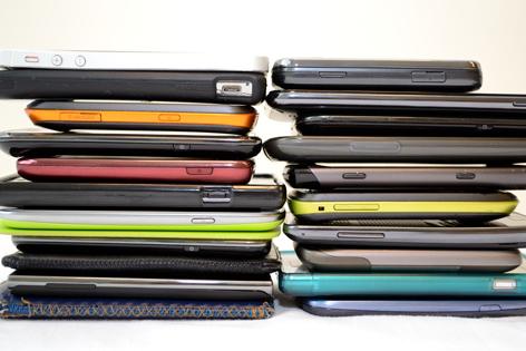 Handys unterschiedlicher Marken in zwei Stapeln liegend