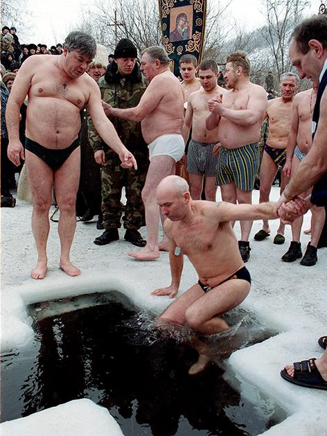 Gläubige nehmen am 19. Jänner zur Taufe Jesus ein von Sünden reinigendes Bad im Eiswasser