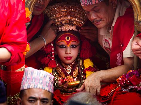 """Eine """"lebende Göttin"""" in Kathmandu, Nepal, Kumari wird auf eine Prozession vorbereitet"""