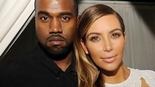 Kanye West und Kim Kardashian lächeln