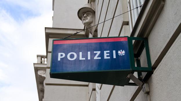 Ein Schild mit der Aufschrift Polizei