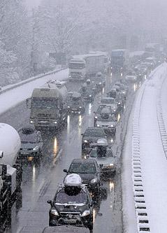 Stau auf winterlicher Autobahn.