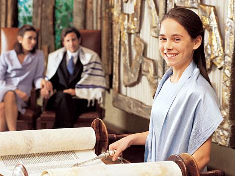 Ein junges Mädchen feiert Bat-Mizwa.