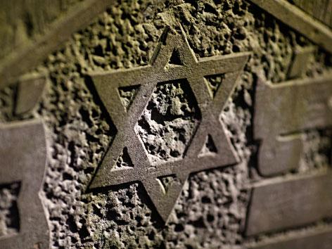 Davidstern auf einem Grabstein auf dem jüdischen Friedhof in Warschau
