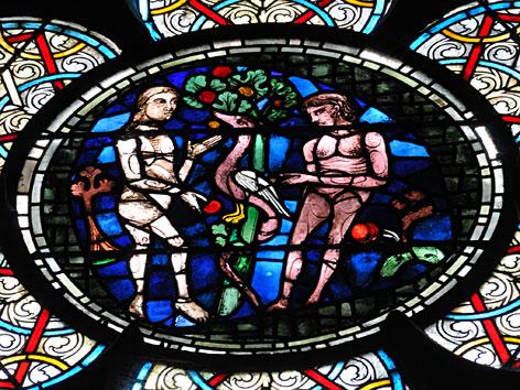 Ein Kirchenfenster mit dem Sündenfall