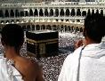 Zwei Pilger vor der Kaaba während der Hadsch