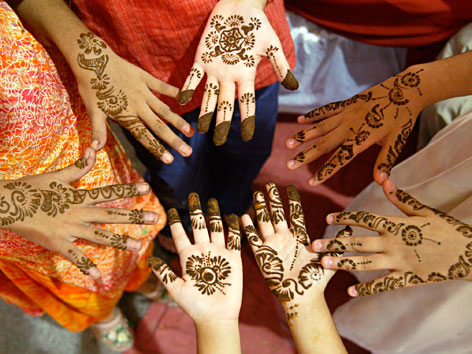 Mit Henna bemalte Hände