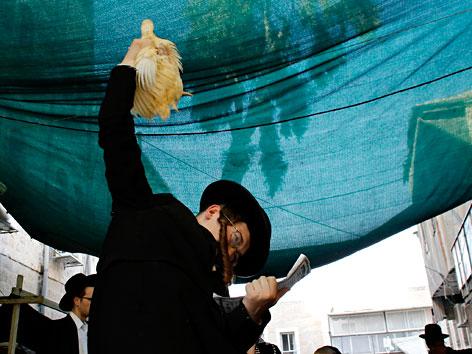 Ein chassidischer Jude beim Sühneritual Kapparot