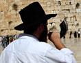 Ein orthodoxer Jude bläst das Schofarhorn.