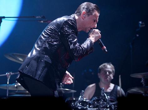 Dave Gahan und Christian Eigner von Depeche Mode auf der Bühne.