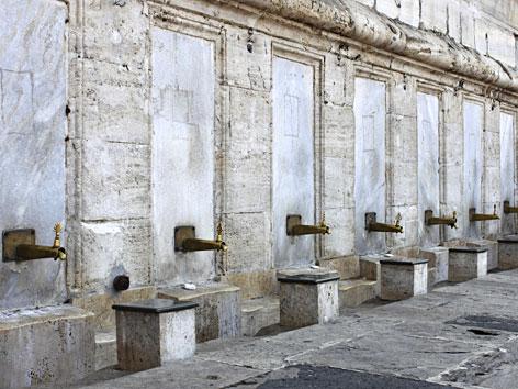 """Brunnen zur rituellen Reinigung in der """"Yeni Cami"""" in Istanbul"""