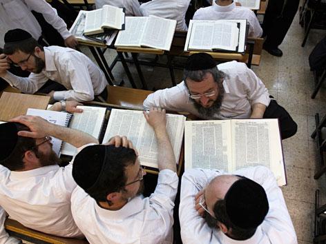 Junge Chassiden studieren den Talmud in einer Jeschiwa in Jerusalem.