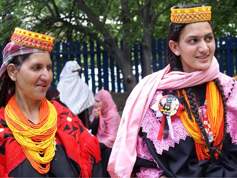 Kalasha-Frauen in traditionellen Gewändern