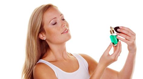 Eine Frau mit einem Parfümflakon