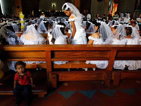 Mädchen bei der Erstkommunion in Managua, Nicaragua